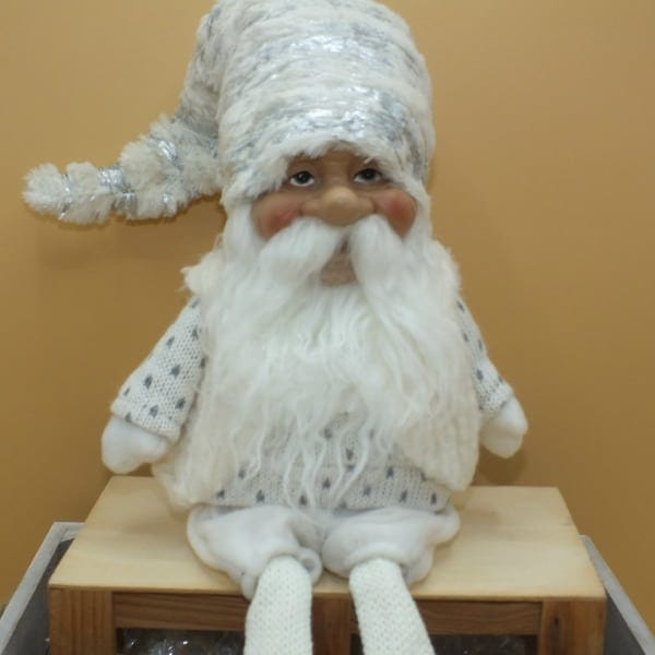 Postavička Mikuláš s bradou sediaci